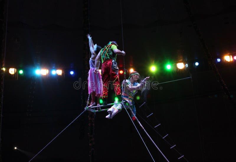 Cirkusartister för  för Ñ-Ñ€ÑƒÑ  Ñ, gymnaster utför på etappen av en ljus cirkusshow av lindansare i Novosibirsk arkivfoton