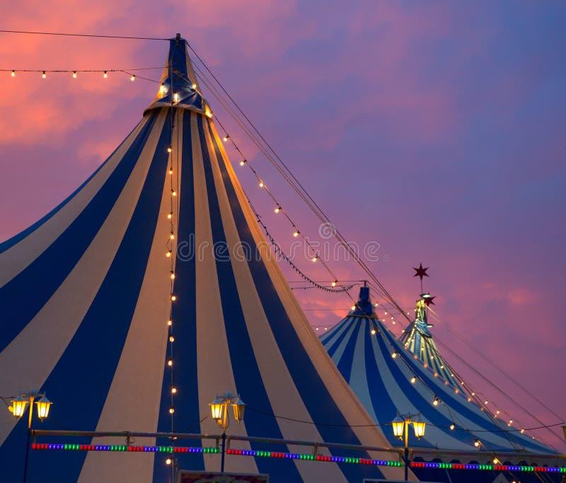 Cirkustält i dramatisk en färgrik solnedgånghimmel royaltyfria foton