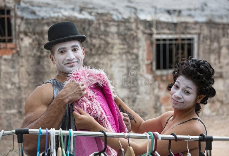 Cirque дурачится приспосабливая розовое пальто стоковые изображения