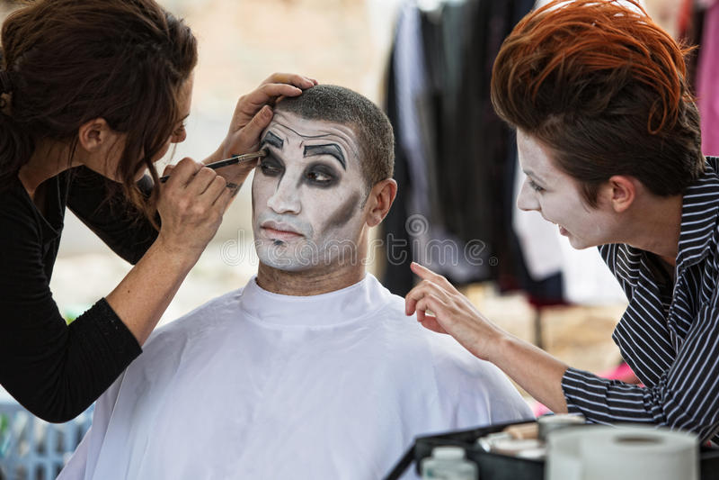 Cirque blödelt Bühne hinter dem Vorhang-Make-up herum stockfotos