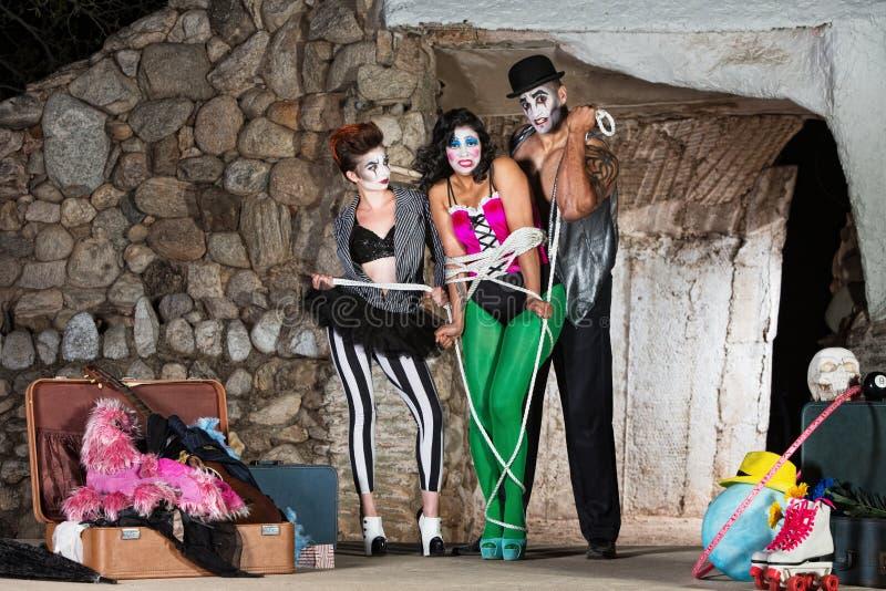 Cirque clowner som binder upp vän fotografering för bildbyråer