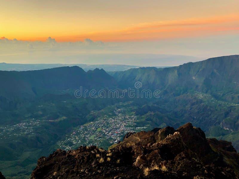 Cirque de cilaos à la vue de coucher du soleil des neiges de DES de piton sur la La Reunion Island photo stock