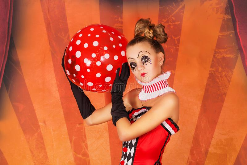 Cirque de fille avec une boule image libre de droits