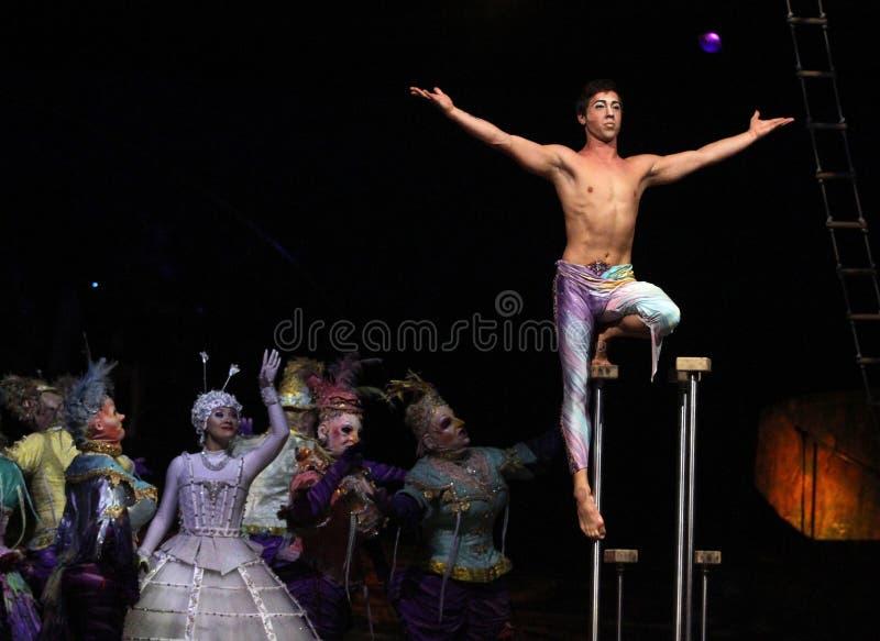 Cirque du Soleil voert ` Alegria ` uit stock afbeelding