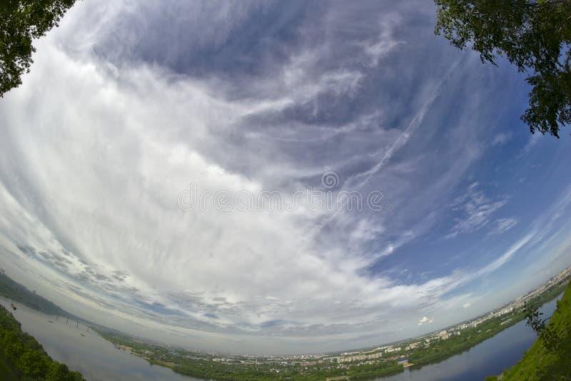 Cirrocumulus-/Kumuluswolken stockbild