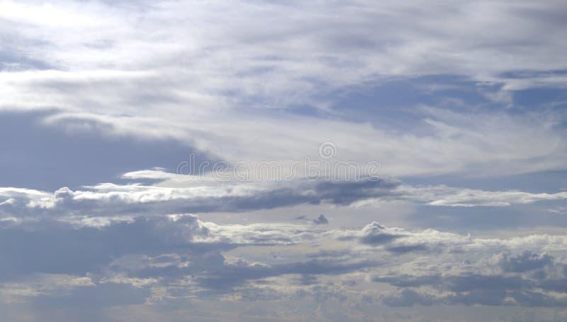 Cirrocumulusmoln på blå himmel royaltyfri foto