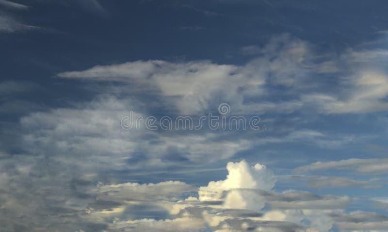 Cirrocumulusmoln på blå himmel arkivbild