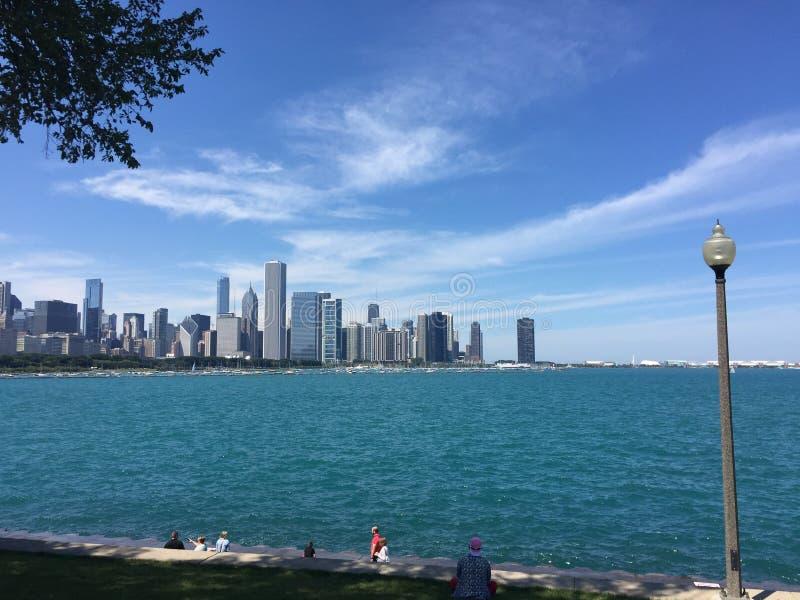 Cirrus au-dessus d'horizon de Chicago photographie stock libre de droits
