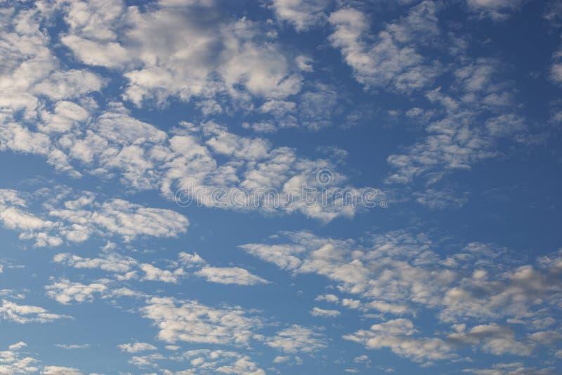 Cirrus cumulus nuages sur un ciel bleu Texture vide de fond photographie stock