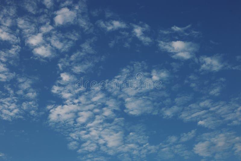 Cirrus cumulus nuages sur un ciel bleu. Texture vide de fond image stock