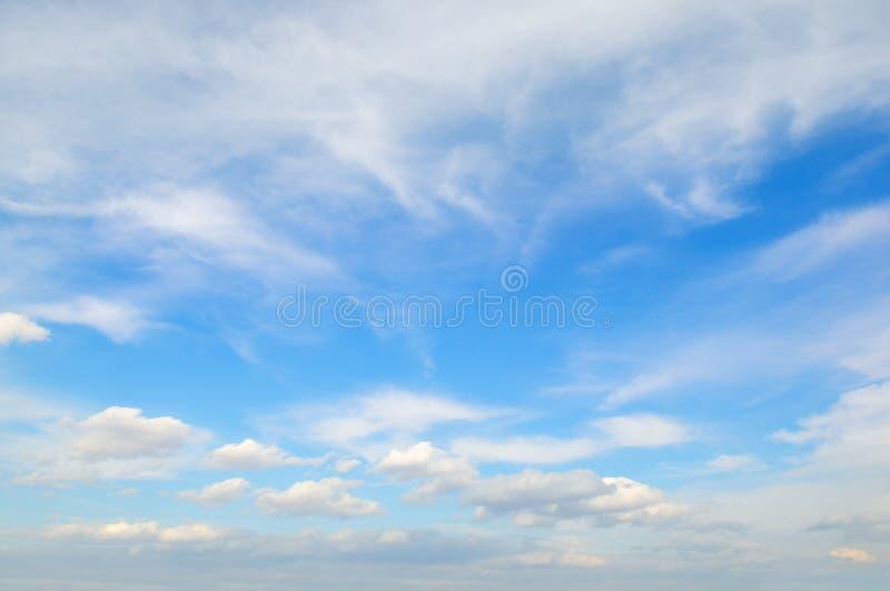 Cirrus légers contre le ciel bleu image stock