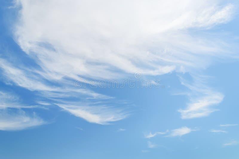 Cirrus pelucheux blancs dans une stratosphère Fibre translucide comme des nuages d'embruns hauts dans le ciel bleu d'été diff?ren image stock