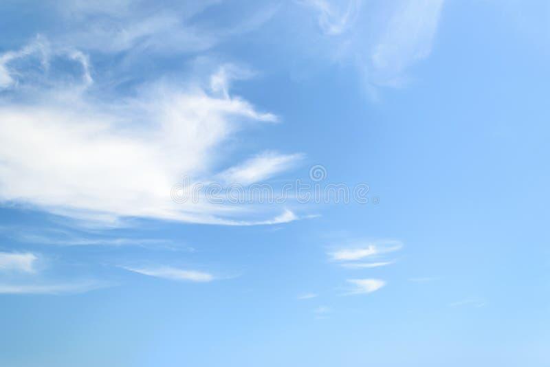 Cirrus pelucheux blancs dans une stratosphère Fibre translucide légère comme des nuages d'embruns hauts dans le ciel bleu d'été d photo stock