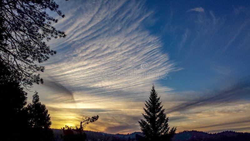 Cirrus-Wolken-Sonnenuntergang in San Bernardino Mountains, Kalifornien lizenzfreies stockfoto