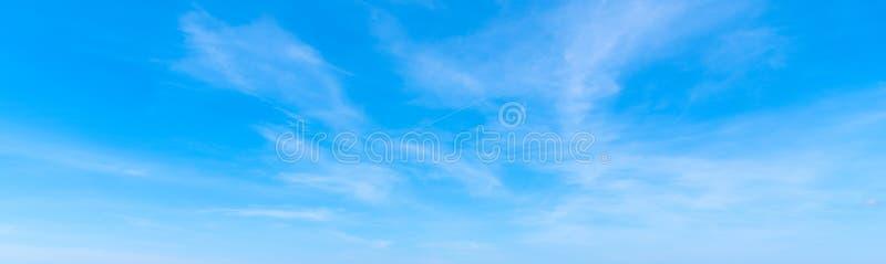 Cirrus-Wolken und blauer Himmel stockfotografie