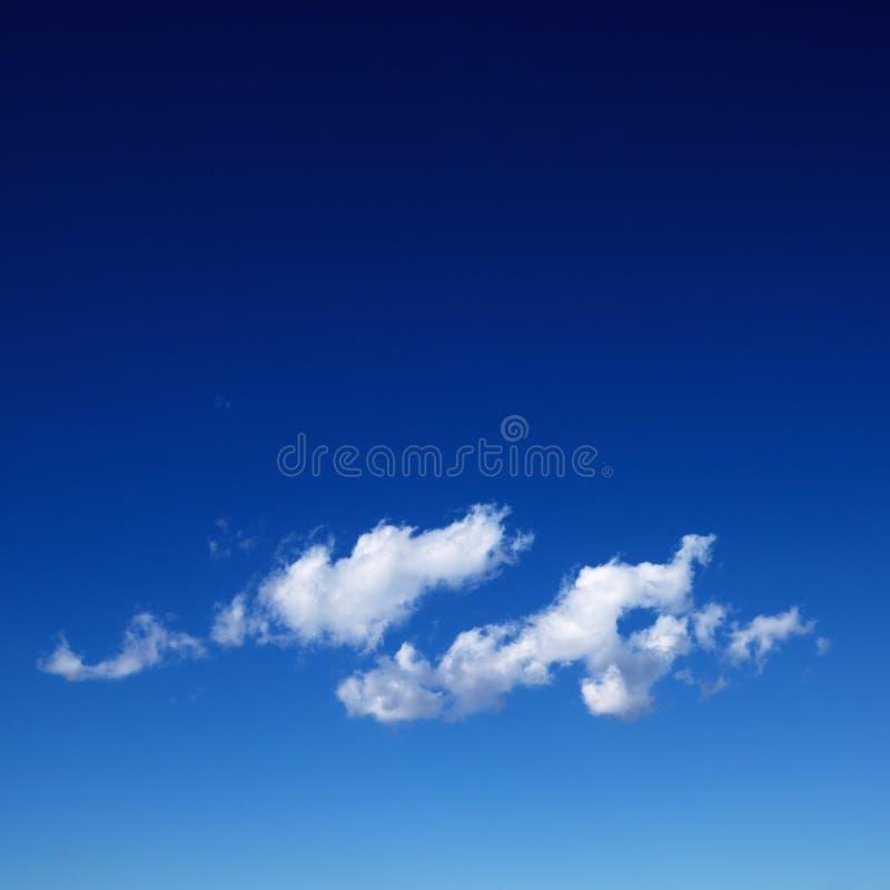 Cirruswolke im blauen Himmel. stockfotografie