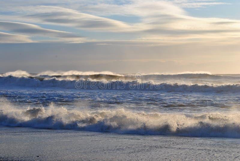 Cirruswolken en golven van de oceaan stock foto's