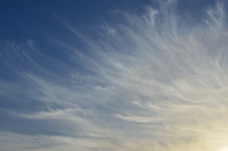 Cirruswolken op blauwe hemel royalty-vrije stock afbeeldingen