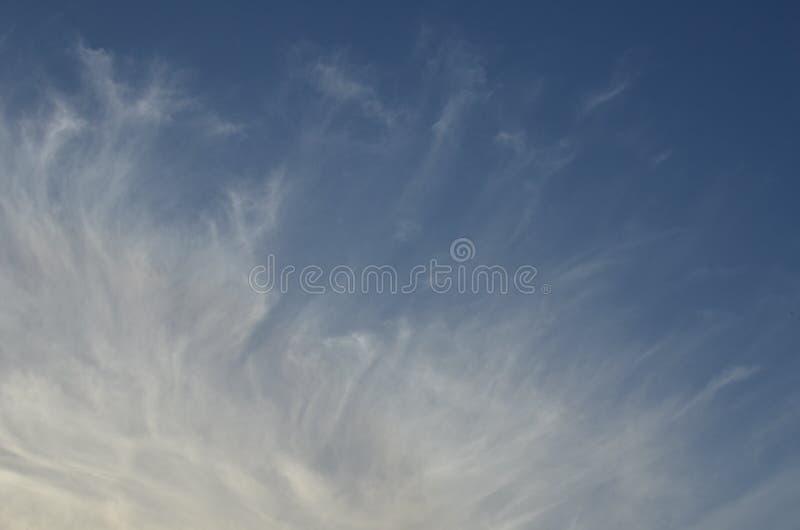 Cirruswolken op blauwe hemel stock foto