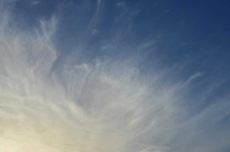 Cirruswolken op blauwe hemel royalty-vrije stock foto's