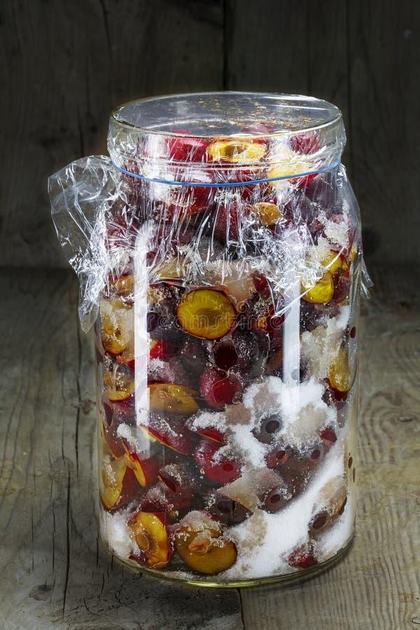 Ciruelos frescos conservados con el azúcar para el licor del atasco, de la salsa picante o del ciruelo imagen de archivo libre de regalías