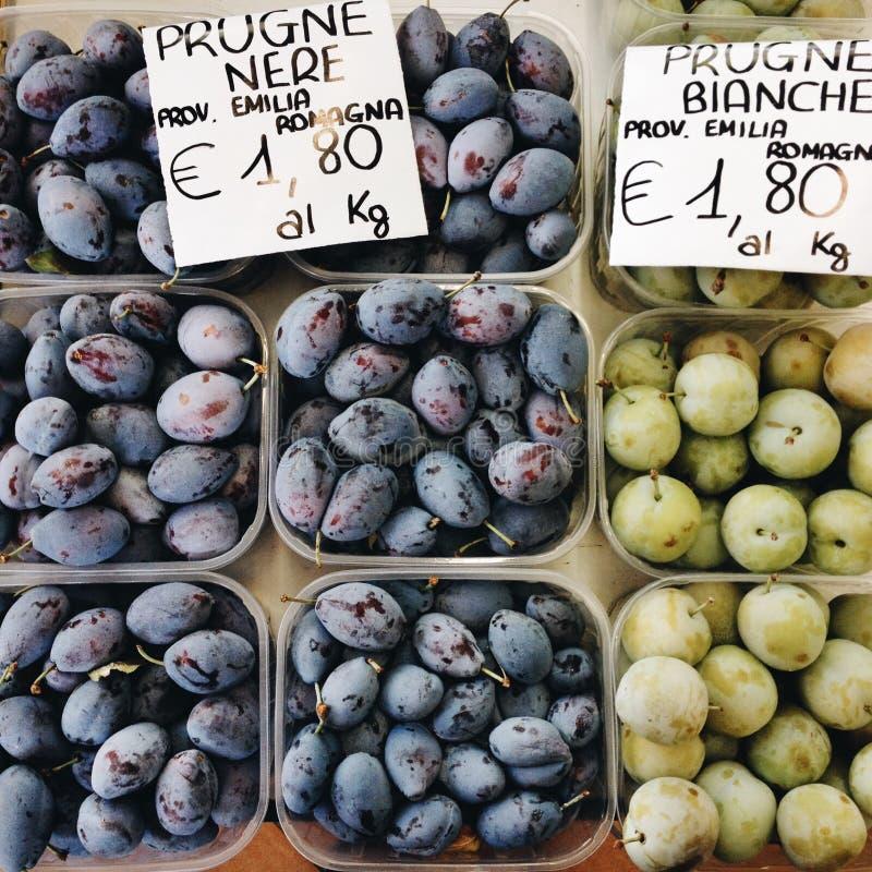 Ciruelos orgánicos en el mercado imagen de archivo