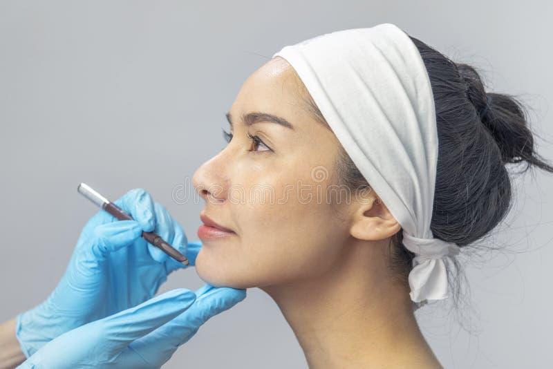 Cirugía de la belleza: Sombrero adolescente de la muchacha asombrosa en el fondo y de la mirada, cierre del estudio la derecha pa imagen de archivo