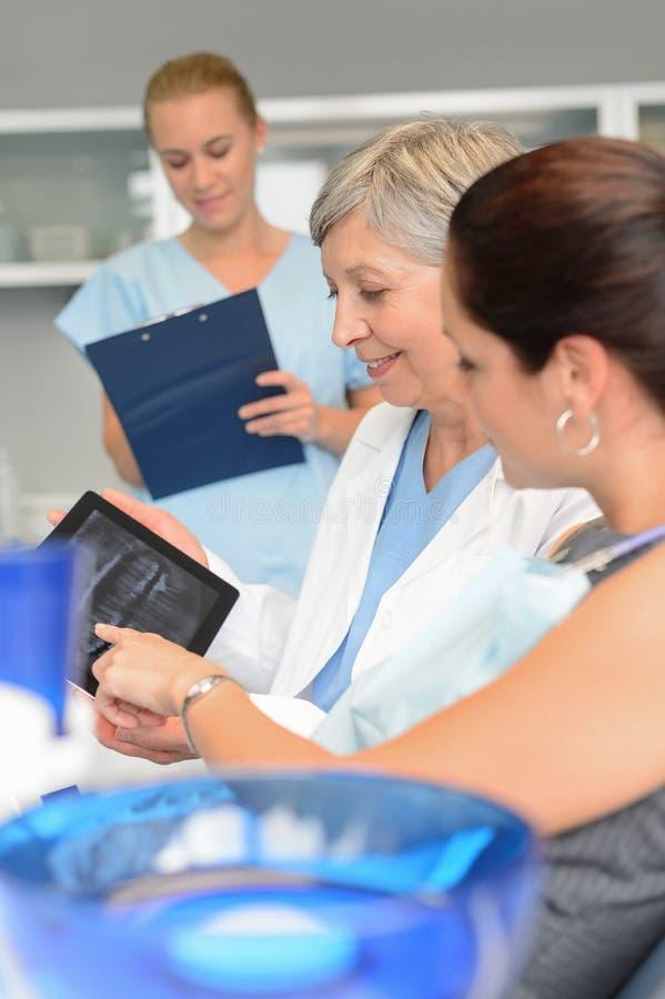 Cirugía dental del punto del dentista de la tableta paciente de la radiografía fotografía de archivo