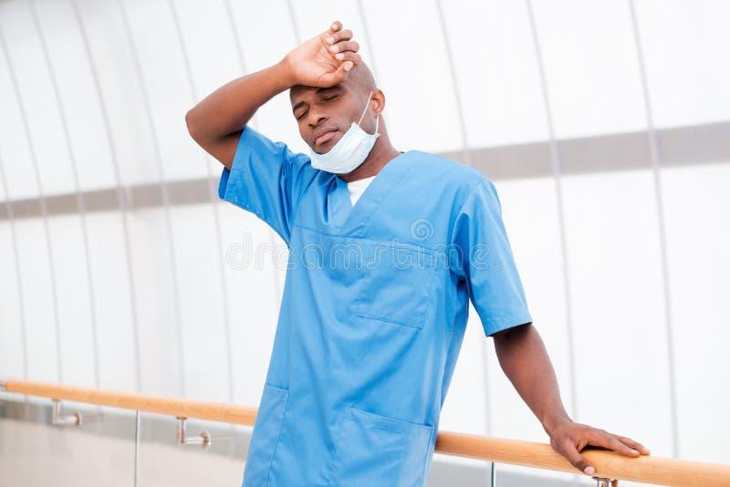 Cirujano cansado imagenes de archivo