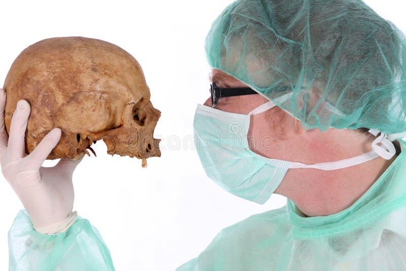 Cirujano con el cráneo foto de archivo