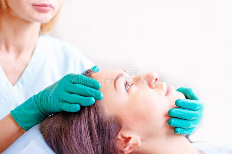 Cirujano cosmético que examina al cliente femenino en clinik antes de plast fotos de archivo