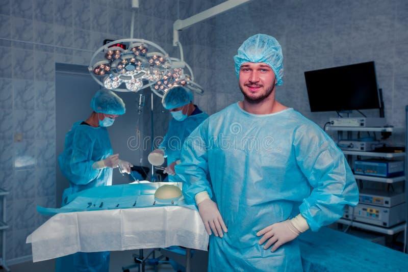 Cirujano de las personas en el trabajo en sala de operaciones Aumento del pecho fotografía de archivo