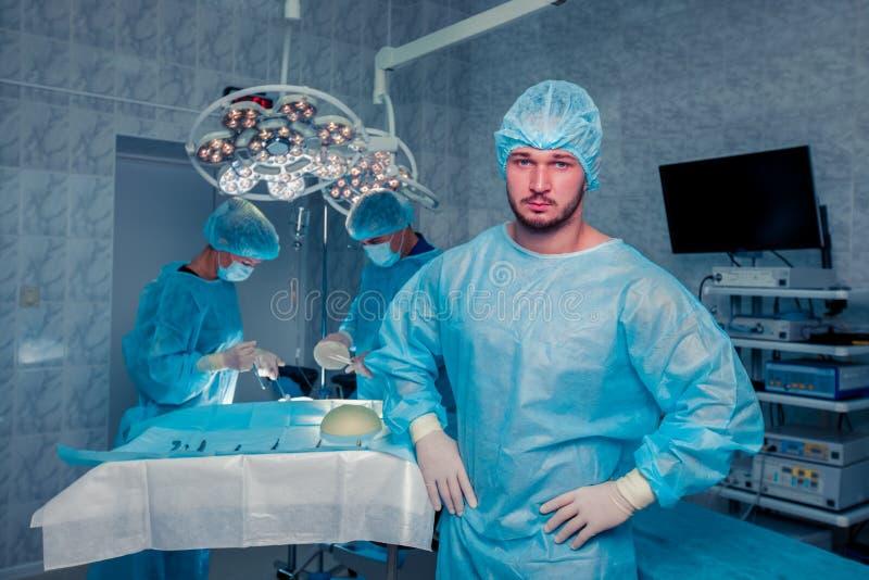 Cirujano de las personas en el trabajo en sala de operaciones Aumento del pecho imagenes de archivo