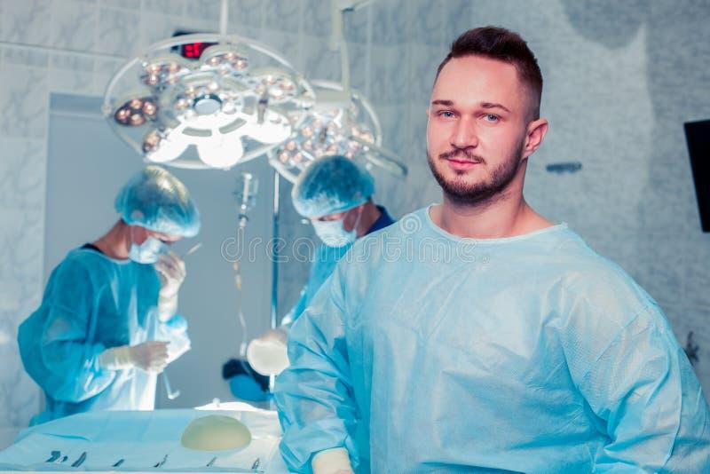 Cirujano de las personas en el trabajo en sala de operaciones Aumento del pecho imagen de archivo libre de regalías