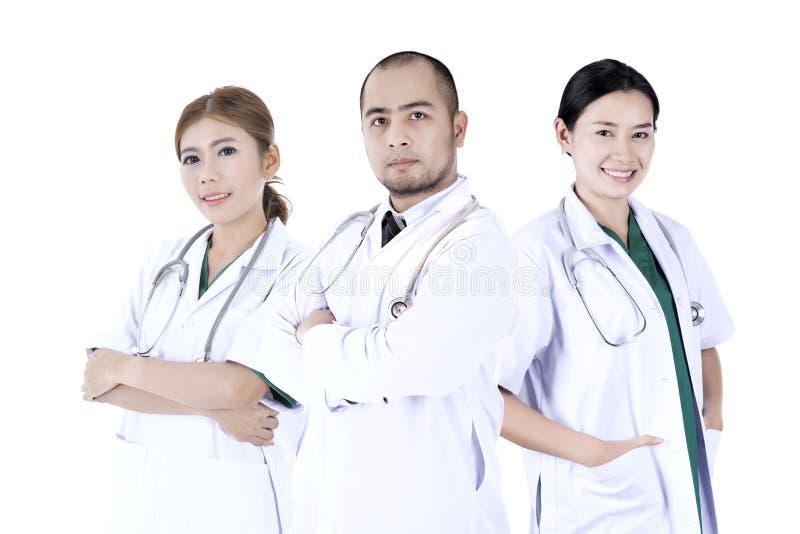Cirujano del equipo determinado en un fondo blanco fotos de archivo