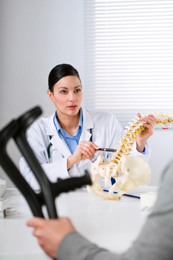 Cirujano ortopédico que explica una lesión dorsal fotografía de archivo
