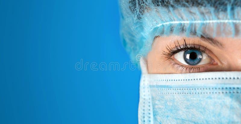 Cirujano que mira cierre del hospital encima del tiro foto de archivo libre de regalías