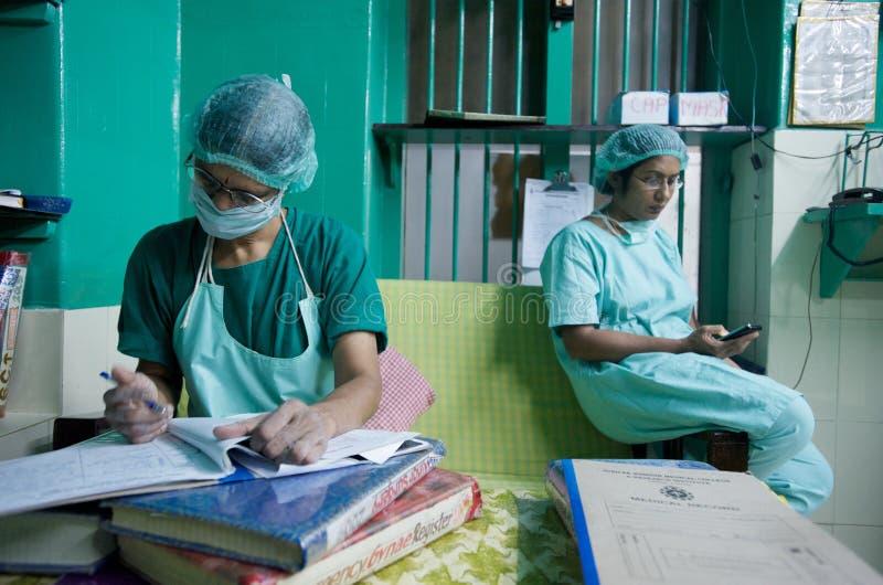 Cirujanos de las mujeres en la India fotos de archivo