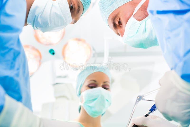 Cirujanos que actúan el sitio en funcionamiento del teatro fotos de archivo