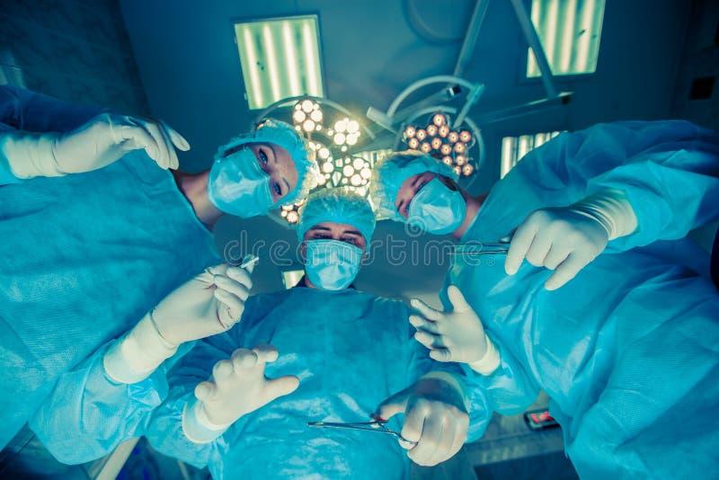 Cirujanos que se colocan arriba del paciente antes de cirugía foto de archivo libre de regalías