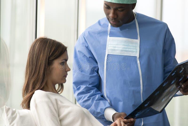 Cirurgião e paciente fotografia de stock