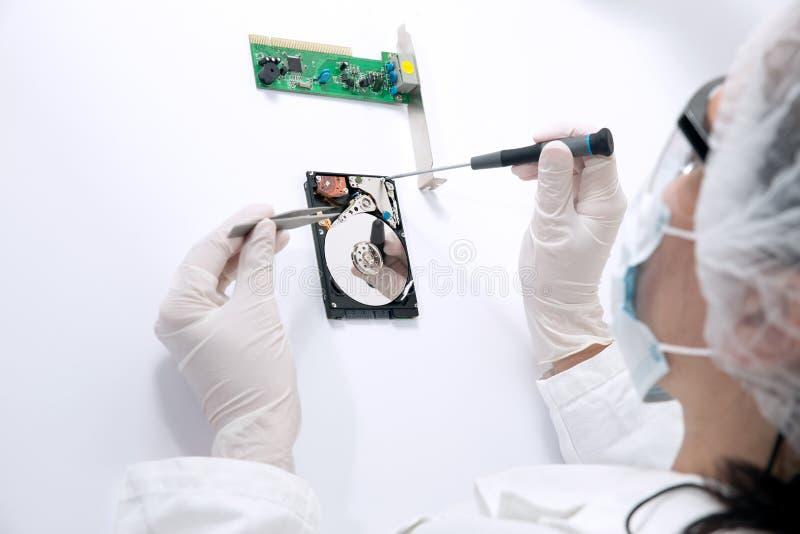 Cirurgião técnico que trabalha no disco rígido - recuperação dos dados imagem de stock