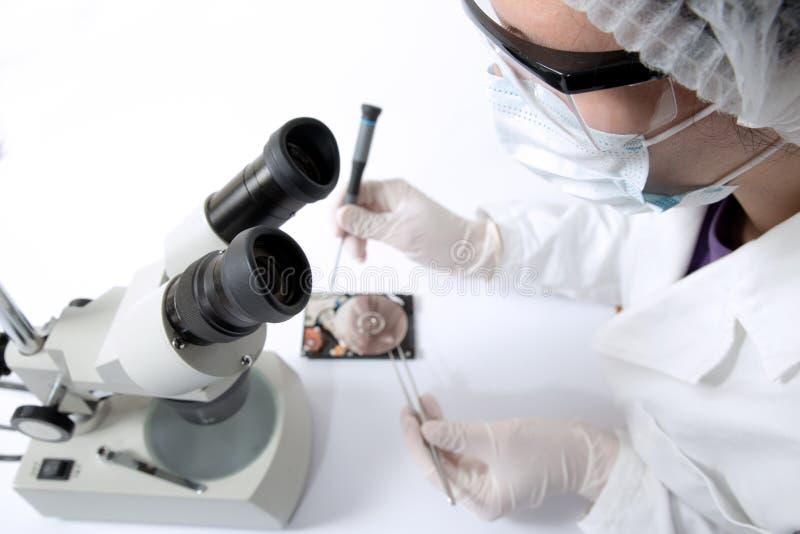 Cirurgião técnico que trabalha no disco rígido - recuperação dos dados fotografia de stock royalty free