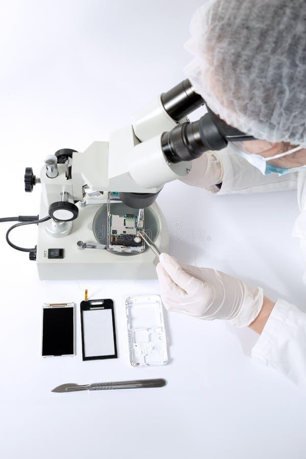 Cirurgião técnico que trabalha no disco rígido - recuperação dos dados fotos de stock royalty free