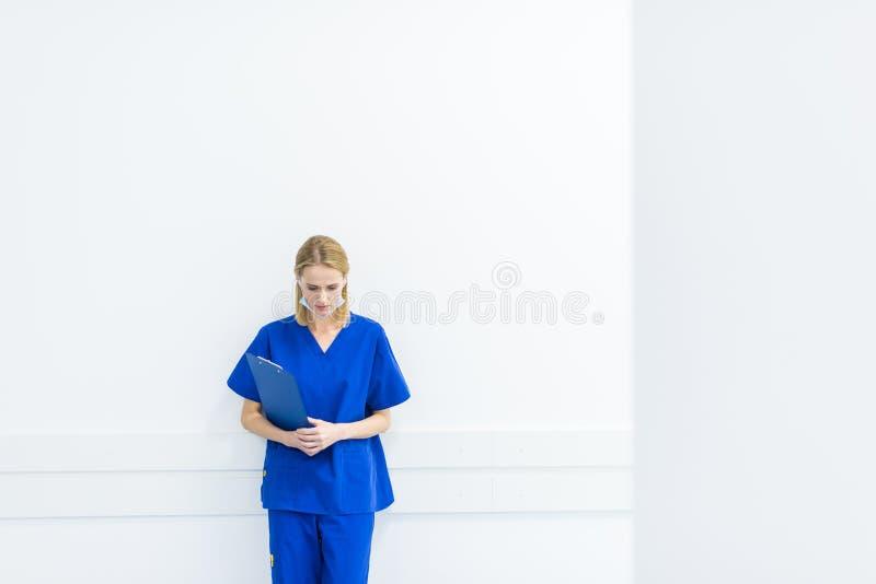 cirurgião virado com o diagnóstico que está na parede fotografia de stock royalty free
