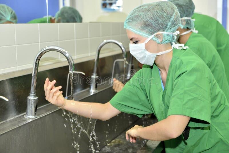 Cirurgia do doutor Washing Hands Before imagens de stock