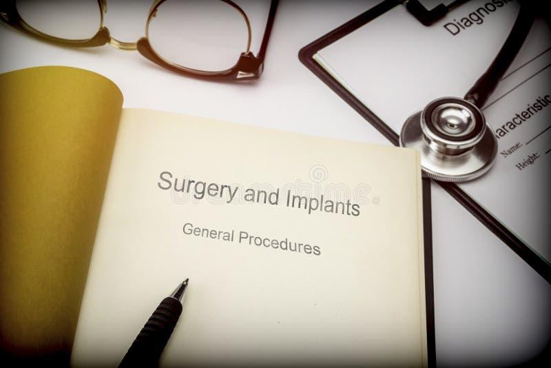 Cirurgia intitulada e implantes do livro procedimentos gerais junto com o equipamento médico fotografia de stock