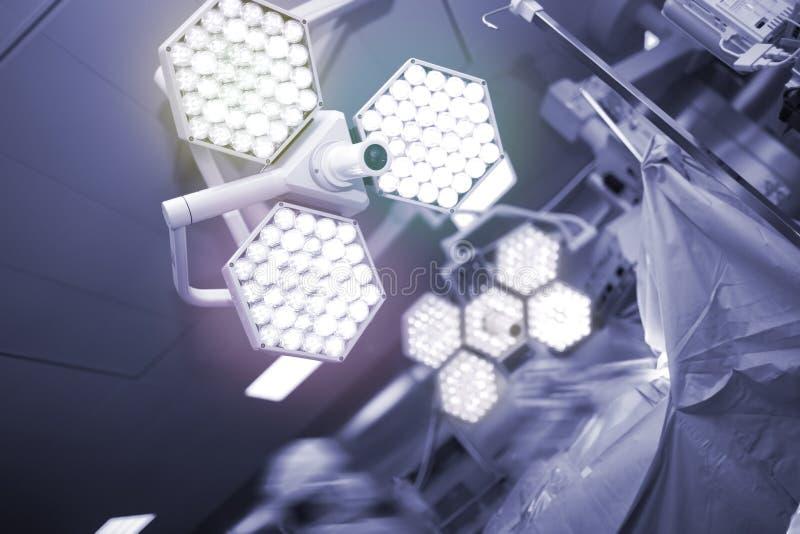 Cirurgia na sala de operações equipada moderna foto de stock royalty free