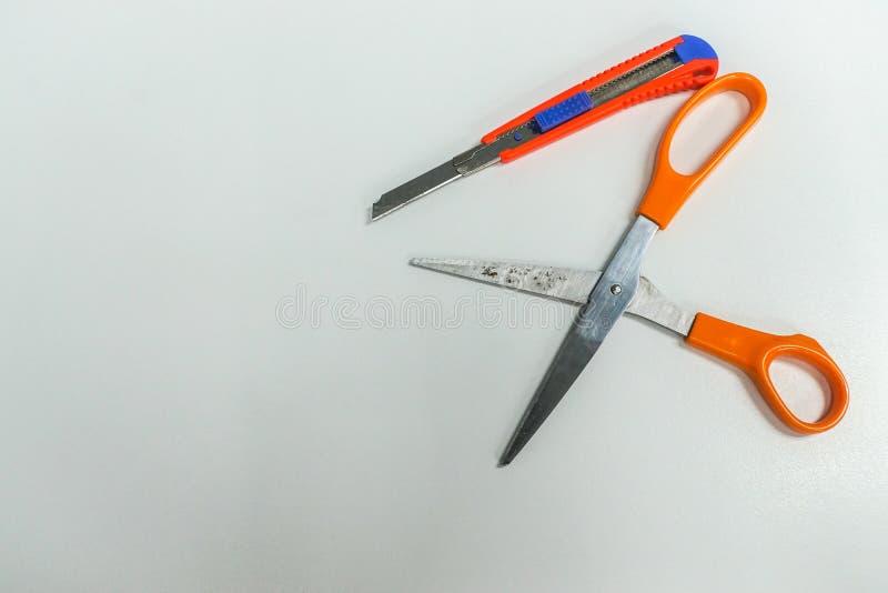 ciseaux avec le coupeur pour le bureau stationnaire image stock