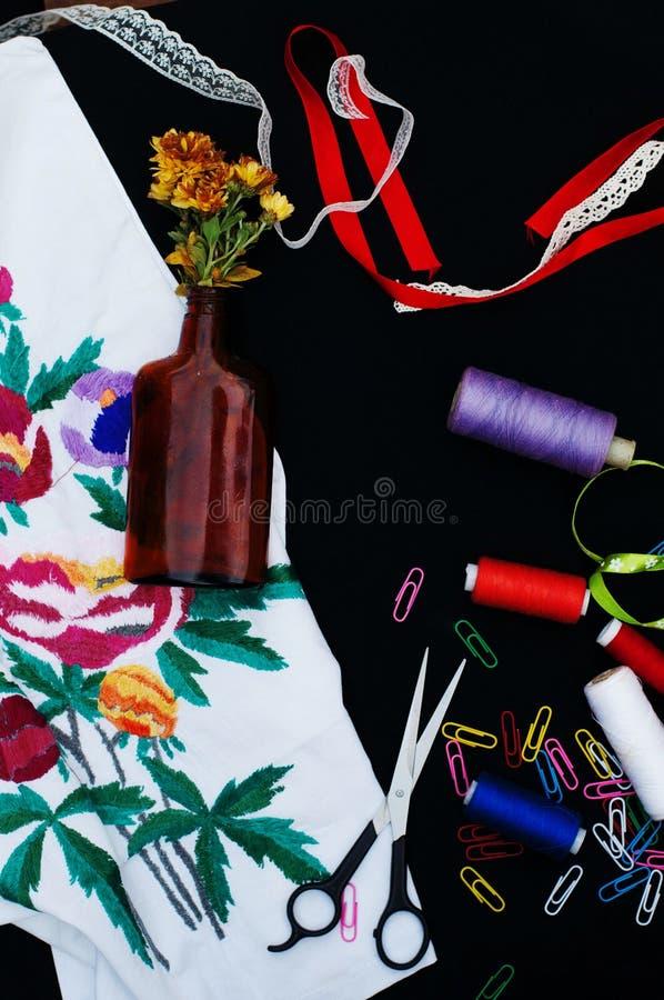 Ciseaux, bobines avec le fil Ensemble de fils colorés dans la bobine avec des ciseaux Kit de couture Accessoires de couture : cis photographie stock